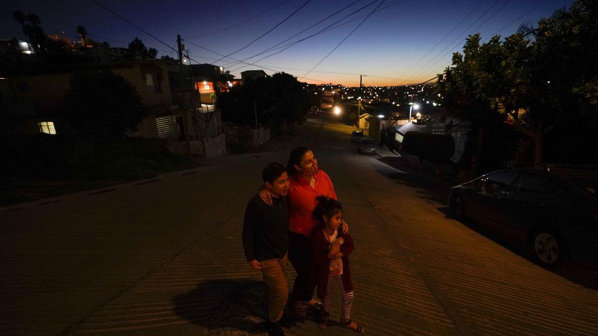 Estela Lazo representa un retrato con sus dos hijos, a última hora del martes 23 de febrero de...