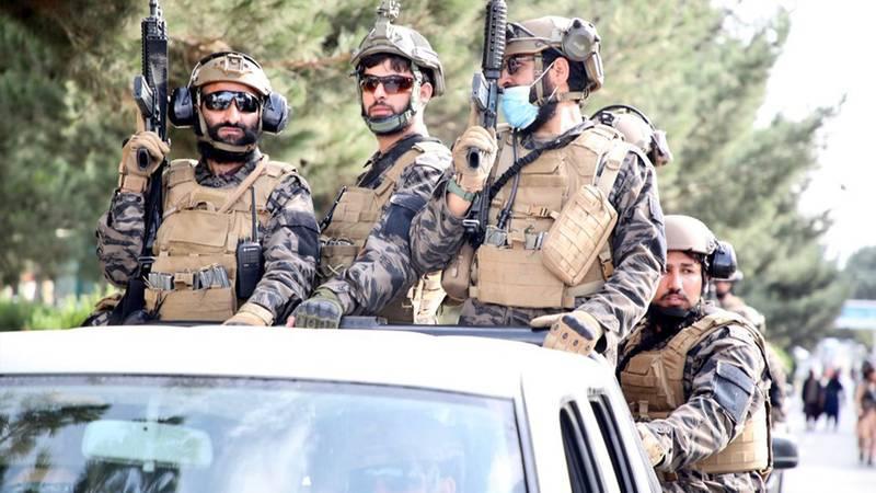 Los talibanes con equipo militar estilo estadounidense.